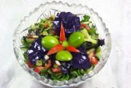 салат с зелёными абрикосами, помидорами и огурцом
