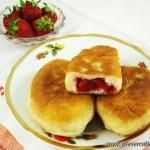 Пирожки дрожжевые жаренные с клубникой