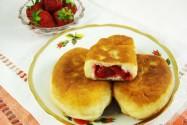 пирожки дрожжевые с клубникой жаренные
