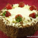 Торт бисквитный с клубникой и кремом