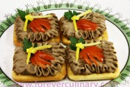 Паштет из куриной печени на крекерах