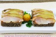 бутерброд с копченой рыбой и соленым огурцом