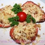 Жареная колбаса с сыром и орехами