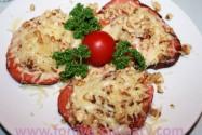 вареная колбаса с сыром и орехами
